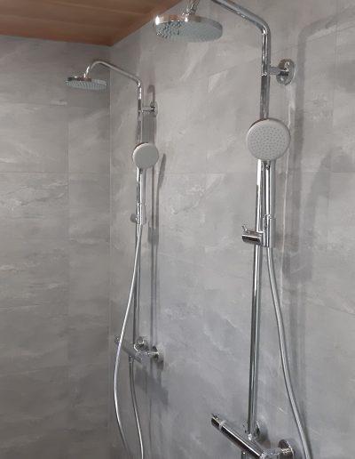 Kuva kylpyhuoneen suihkuista, asennustyöt on hoitanut LVI-HEVI.
